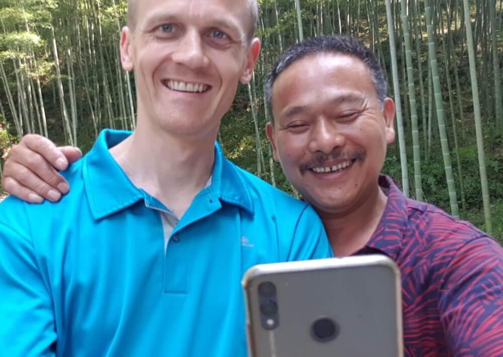 Selfie im Wald (mit dem Chef des Rohmaterial-Werks unseres Bambuslieferanten
