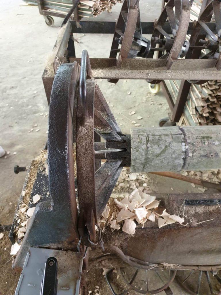 Mit dem Bambusschneider werden aus den Stämmen Streifen geschnitten, welche dann für die Herstellung von Bambus Schneidbrettchen verwendet werden